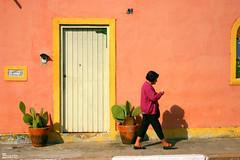 Manhã de sol... (Boarin) Tags: pessoa mulher passeio caminahr