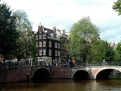 Canal View (j. kunst) Tags: nederland netherlands holland 荷兰 noordholland amsterdam 阿姆斯特丹 jordaan keizersgracht leliegracht canal bridge canalhouse bellgable tree