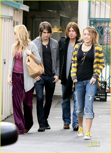 miley-cyrus-family-paty-lunch-07