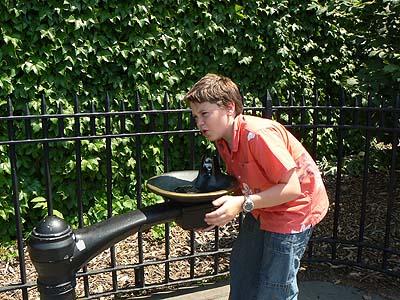paul qui boit à une fontaine.jpg