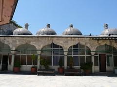 Sokollu Mehmet Paa Camii, avlu (ct sud) (cercamon) Tags: istanbul mosque cami estambul mosque kadirga avlu mimarsinan sokullu sokollumehmetpasha kadrga sokollumehmetpaacamii sokollumehmetpaa kadirgasokullumosque