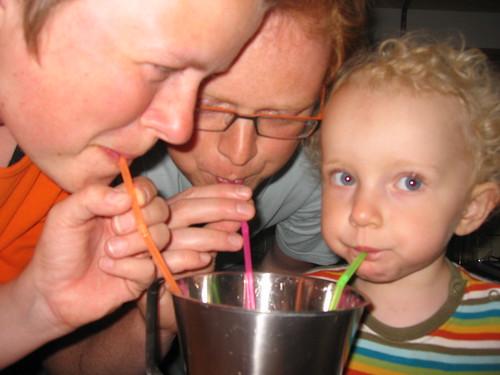 20070613_Viola har valgt farven på sugerørene