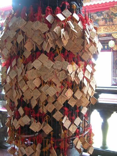 台南遊-掛滿許願牌的柱子