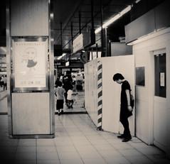 (motocchio) Tags: summer people monochrome station japan tokyo waiting 2007 fakeholga shunjuku faketoycamera にせホルガ にせトイカメラ 銀塩偽造道 うつむき加減