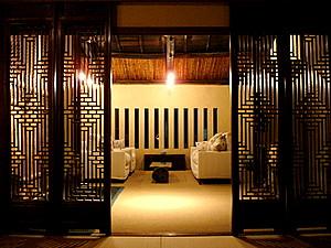 二樓前半是個客廳。那一格一格的就是蟲籠子,京町家的建築特色之一。