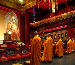Buddha Tooth Relic Temple  Hundred Dragons Hall (williamcho) Tags: sculpture museum tooth temple gold chinatown buddha religion statues monks relic chinesetemple buddhists buddhastatue singaporechinatown canona640 traveljournalism interioroftemple hundreddragonshall picsofbuddhatoothrelictemple buddhatoothrelictemplesingapore