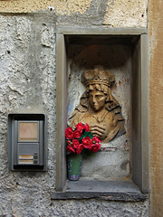 street shrine (Dom Dada) Tags: 12251 manarola ringmybell doorbell intercom shrine sculpture flower flowers red vase klingel gegensprechanlage schrein blume blumen rot italia italy italien liguria ligurien cinqueterre tabernacolo geotagged geo:lat=44107988 geo:lon=9729681