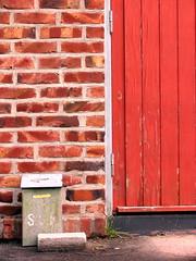 Mur og dør - Brickwork & door (erlingsi) Tags: rød red erlingsi volda sunnmøre snekkeri geo:lat=62146029 geo:lon=6075493 geotagged colourartaward rot rosso rouge rood truecolours farger sterkefarger decayed decadencia forfallent hurd tür door dør møreogromsdal møre skandinavia scandinavia nordvestlandet noreg norway norvege norwegen skjellebreida dører норвегия erlingsivertsen 6100 porta дверь بابالسيارة puerta 门 大門 derelict decadência decay forfall aestheticsofdecay oc grime doors