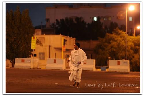 seorang jemaah haji sedang menyeberang jalan tanpa menghiraukan keselamatan diri dengan menggunakan jejantas yang disediakan. Kebanyakan jemaah dari negara ketiga memang macam ini perangainya. wakaakkakaka