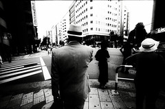 smoke rings (TommyOshima) Tags: street leica man monochrome hat japan tokyo crossing voigtlander wide m5 15mm swh superwideheliar daidostyle
