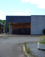 Mini Mall at Manchester Parkade (The Caldor Rainbow) Tags: street abandoned shop retail manchester connecticut ct stop vacant ghosttown broad bradlees