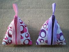 Porta moedas triangular (Flor de Retalho) Tags: tecido costura bolsinha acessrio vis portamoeda portanquel tecidoestampado artesanatocomtecido florderetalho portamoedatriangular
