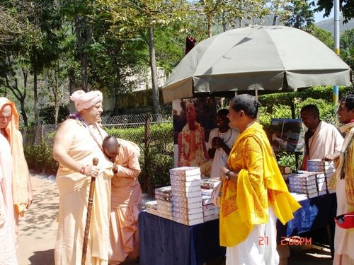 H H Jayapataka Swami in Tirupati 2006 - 0040 por ISKCON desire  tree.