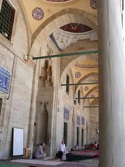 Sokollu Mehmet Paa Camii, porche (cercamon) Tags: istanbul mosque cami estambul mosque kadirga mimarsinan sokullu sokollumehmetpasha kadrga sokollumehmetpaacamii sokollumehmetpaa kadirgasokullumosque architectureottomane