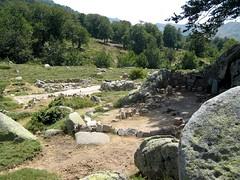 Dans la descente par le GR 20 : ruines des bergeries de Pedinielli réaménagées en aire de bivouac