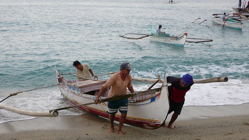 fishermen carries boat to shore San Juan Batangas Philippines Buhay Pinoy  Filipino Pilipino  people pictures photos life Philippinen