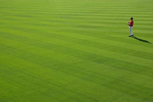 Fotografía de un jugador de baseball en medio del verde campo