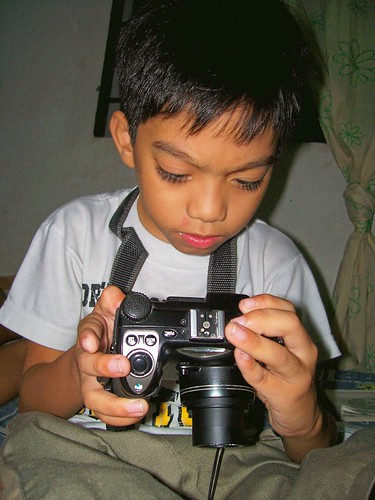 boy holding a camera Pinoy Filipino Pilipino Buhay  people pictures photos life Philippinen  菲律宾  菲律賓  필리핀(공화국) Philippines  dlsr