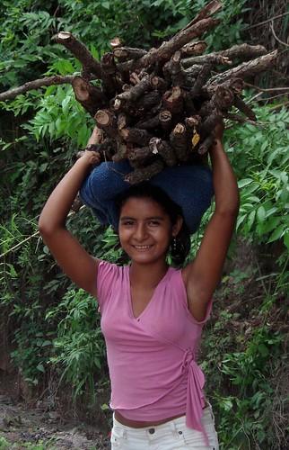Cargando leña - Carrying firewood; cerca de San Pablo Tacachica,  La Libertad, El Salvador