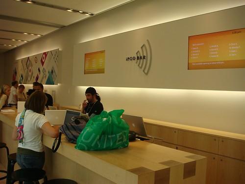 iPod 維修區 這工程師滿拽的.拍個照就雞雞歪歪