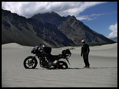 Stuck! (Motographer) Tags: mountains dunes luggage himalayas jk ladakh custommade p200 nubra kartz bajajpulsar motographer