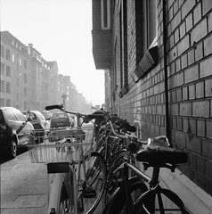 Fietsen (skinner08) Tags: street city white black 6x6 rolleiflex t stadt ilford schwarz fahrrad kiel schleswigholstein 400asa fahrräder hp5plus weis letsen