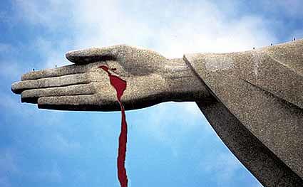montagemde foto da mão do Cristo Redentor com o desenho da América Latina em sangue do Memorial da América Latina
