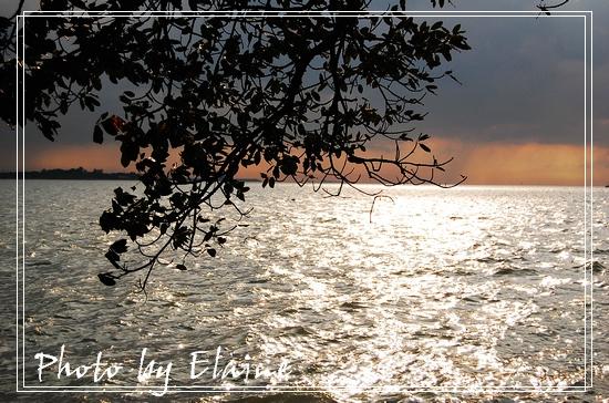 夕陽把水面染成一片金沙