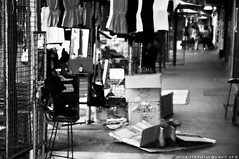 hiden kid, nio esponja (semilla.retratochile.cl) Tags: chile santiago blackandwhite bw byn blancoynegro trabajo duotone grayscale nio ropa escondido comercio patronato callejero hiden duotono escaladegrises nio 20100216 papayas20100216
