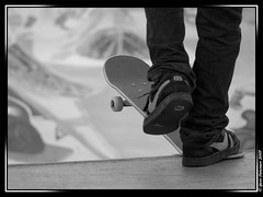 "Skate ""Old School"" (Normandie_Photos) Tags: basket tags nb jeans tennis skatepark skate rollers bowls noirblanc graffitis plancheroulette"