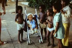 exotisch: Kind und Kinderwagen