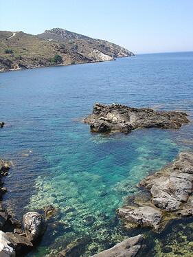 Naxos北方海岸清透的海水。