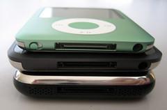 Een iPod nano, iPod touch en een iPhone, alledrie met dezelfde connector.