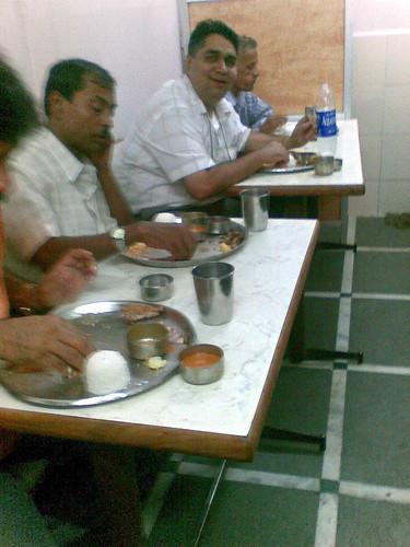संत तात्याबा जेवायला बसले आहेत. ते मुंबईच्या खानावळ संस्कृतीचे एक वारकरी आहेत! :)