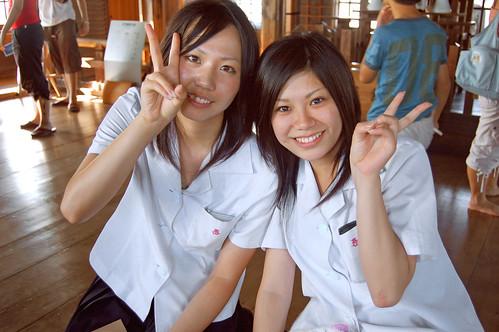 de que los japoneses son muchos más tímidos que las japonesas (en