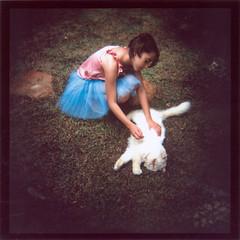 às vezes pra sonhar é melhor abrir os olhos do que fechar (gleicebueno) Tags: home girl cat garden casa holga memories fidel jardim dreams amizade infancia larissa memorias infancy