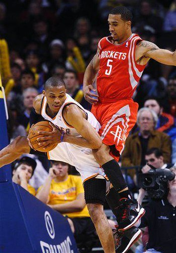 20101117-russell-westbrook-courtney-lee
