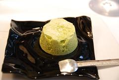 Bizcocho de pistachio con mousse de leche acida