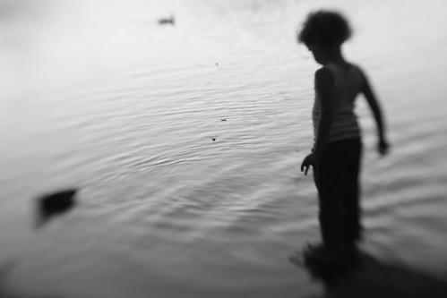 [フリー画像] 人物, 子供, 人と風景, 湖・池, シルエット, モノクロ写真, 201005191300