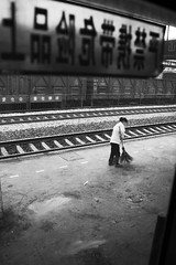 (Sergi Bernal) Tags: barcelona china santa portrait white black train children de tren nikon d70 guilin retrato chinese hangzhou catalunya yunnan nena blanc carrer negre chino coloma retrat ferrocarril escoba caracter tradicional guanxi barri barrendero estacio gramenet nia santacolomadegramenet sergibernal xino i amagada escombra escombriaria