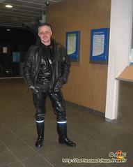 Pascal en latex & bottes Nokia à la gare (pascal en bottes) Tags: nokia boots goma rubber latex pascal gummi wellies gummistiefel bottes botas gumboots gomma caoutchouc stivali stovlar