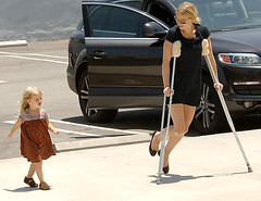 Gwyneth Paltrow on crutches heads to Maxfields in West Hollywood, CA, with her daughter, Apple Martin (HOLLYWOOD KIDS) Tags: woman cinema celebrity female mom femme mommy mulher hollywood actress moviestar movies celebrities mummy popstar gwyneth atriz gwynethpaltrow paltrow