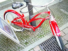 chic ... (bayernernst) Tags: red berlin rot bicycle wheel germany rouge deutschland cycling europa europe fotografie photographie cyclist rad räder bicycles kontrast fahrrad 2007 fahrräder dreirad