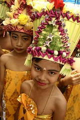 gelung rejang (Farl) Tags: flowers girls bali girl leaves indonesia village plumeria coconut religion young ceremony smiles culture dancer frangipani tradition prada hinduism headdress brocade kamboja dewa karangasem upacara rejang abigfave janur penaban rejangdewa gelung ngeroras
