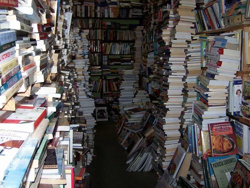 librería con muchos libros en caos