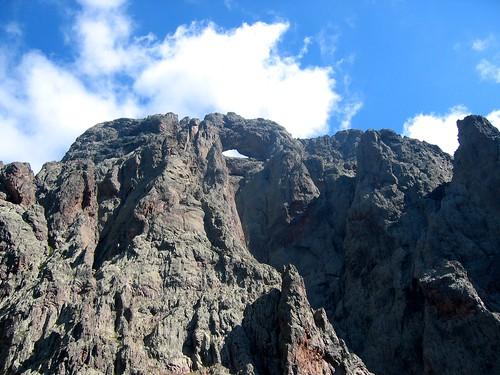 La face W du Capu Tafonatu, sa gorge et ses piliers géants