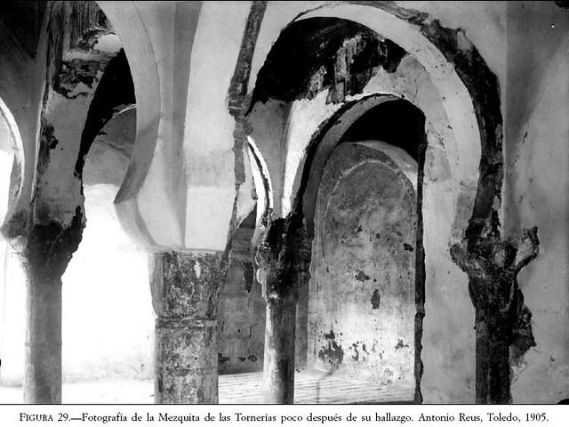 Mezquita de Tornerías (Toledo) al ser redescubierta en 1905. Fotografía de Antonio Reus