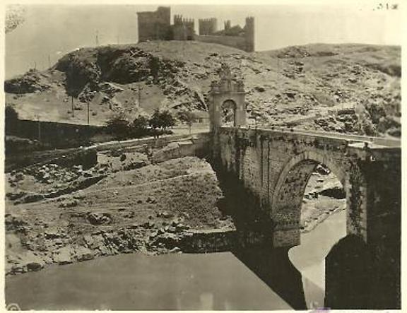Puente de Alcántara y Castillo de San Servando hacia 1915. Fotografía de E. M. Newman
