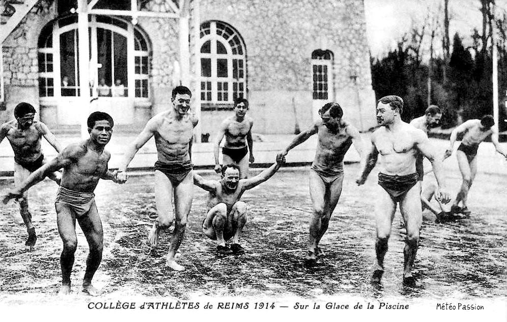 patinage d'athlètes sur une piscine gelée à Reims pendant l'hiver 1914