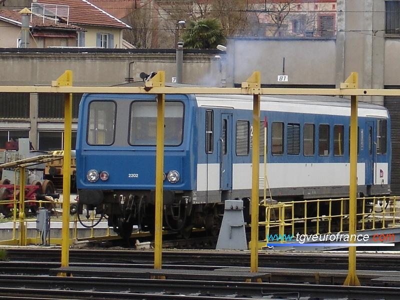 Un autorail Diesel X 2200 SNCF (le X 2202) en manoeuvre sur le pont roulant du dépôt de Toulouse